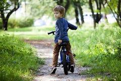 Chłopiec przejażdżka bicykl w miasto parku Zdjęcie Royalty Free