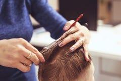 Chłopiec przy fryzjerem Dziecko okalecza ostrzyżenia hairball obrazy royalty free