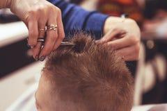 Chłopiec przy fryzjerem Dziecko okalecza ostrzyżenia hairball fotografia royalty free