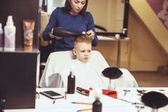 Chłopiec przy fryzjerem Dziecko okalecza ostrzyżenia hairball obraz royalty free