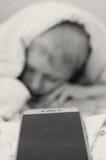 Chłopiec przy 8 30 am spod koc no chce budzić się do szkoły Fotografia Royalty Free