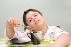Chłopiec przy stołem z łyżką Fotografia Royalty Free