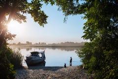 Chłopiec przy wschodem słońca łapie ryba zdjęcie royalty free