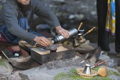 Chłopiec przygotowywa kawę na ogieniu w górach Carpathians blisko siklawy Shypot, Zakarpattya, Ukraina obraz royalty free