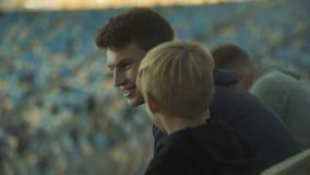 Chłopiec pyta stare brat reguły futbol, wychowanie i bractwo, zbiory