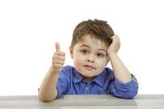 Chłopiec ręka pokazuje gest zatwierdzenie kciuki w g?r? Ręk przedstawień gesta klasa Everything jest chłodno, ty zrobi, pochwała, obraz stock