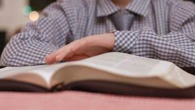Chłopiec ręki zwrotów książki strony