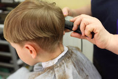 chłopiec rżnięty fryzjerstwa salon Obrazy Royalty Free
