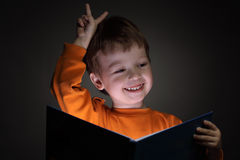 Chłopiec read książka zdjęcie royalty free