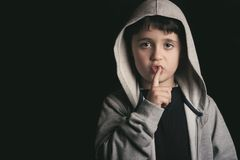 Chłopiec robi cisza gestowi obraz stock