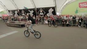 Chłopiec robi ekstremum sztuczce na BMX bicyklu w łyżwa parku Lato swobodny ruch zdjęcie wideo