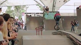 Chłopiec robi ekstremum sztuczce na BMX bicyklu w łyżwa parku Widowni apploud zbiory wideo