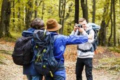Chłopiec Robi fotografii Jego przyjaciele Na lesie zdjęcie stock