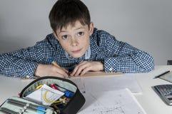 Chłopiec robi maths pracie domowej Obrazy Royalty Free