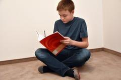 Chłopiec robi maths pracie domowej Zdjęcie Stock