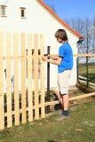 Chłopiec robi ogrodzeniu Fotografia Royalty Free