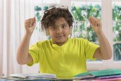 Chłopiec robi pracie domowej i słuchającej muzyce zdjęcia royalty free