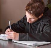 chłopiec robi pracie domowej nastoletniej obraz stock