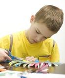 Chłopiec robi rzemiosłom. Obrazy Stock