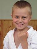 chłopiec robi uśmiechniętemu taekwon Zdjęcia Royalty Free