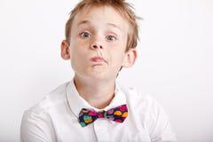 chłopiec robienie wyrażeniowy śmieszny Zdjęcia Stock