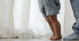 Chłopiec 1 roczniak chodzi jego pierwszych kroki zdjęcie wideo