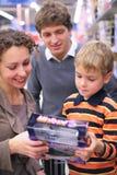 chłopiec rodziców sklep fotografia stock