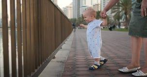 Chłopiec 1 rok uczy się spacery i ono uśmiecha się z babcią, roześmiany zdjęcie wideo