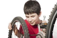 chłopiec rowerowy naprawianie Zdjęcia Royalty Free