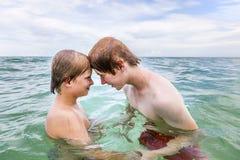 chłopiec rozjaśniają zabawę ma morze Fotografia Royalty Free