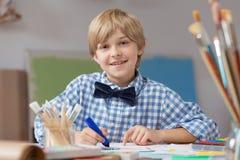 Chłopiec rozwija artystycznego talent Obrazy Royalty Free