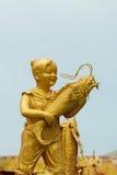 chłopiec rybi złoci chwyta statuy potomstwa fotografia stock
