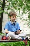 Chłopiec słucha muzyczny outside zdjęcie royalty free