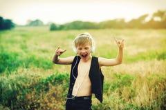Chłopiec słucha muzyka w naturze z hełmofonami fotografia stock