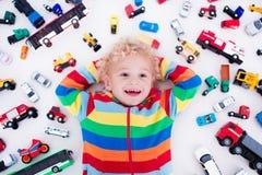 chłopiec samochodów mała bawić się zabawka Obrazy Stock