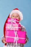 Chłopiec Santa pomagiera kapelusz z różowymi prezentów pudełkami Obrazy Royalty Free