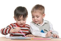 Chłopiec siedzą przy biurkiem i piszą fotografia stock