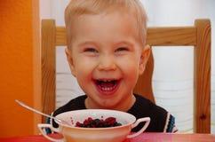Chłopiec siedzi śmiać się Obrazy Royalty Free