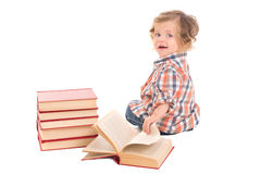 Chłopiec siedzi blisko stosu książki Obraz Royalty Free