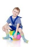 Chłopiec siedzi na piłce zdjęcie royalty free