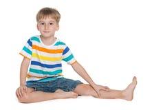 Chłopiec siedzi na podłoga Obraz Stock