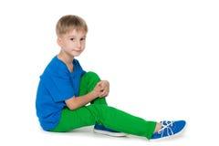 Chłopiec siedzi na podłoga Obrazy Stock