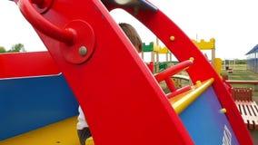 Chłopiec siedzi w drewnianym samochodzie na bawić się i boisku Kamera monitoruje dziecka obsiadanie w zabawkarskim samochodzie zbiory wideo