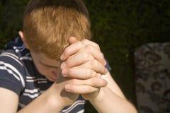 chłopiec składać z włosami ręki jego czerwonych potomstwa Zdjęcia Stock
