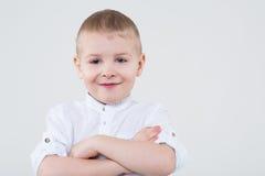 Chłopiec składał jego ręki przez jego klatkę piersiową Fotografia Royalty Free