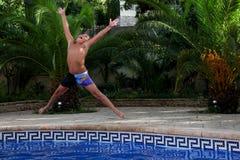 Chłopiec skacze w pływackiego basen obrazy royalty free