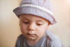 Chłopiec, smucenie, żal, główkowanie, rodzinny problem, przemoc, miłość Obraz Stock