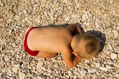 Chłopiec spadał uśpiony na plaży. Zdjęcia Royalty Free