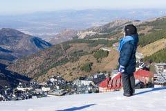 Chłopiec spojrzenia przy śnieżystym miasteczkiem sierra Nevada Fotografia Royalty Free