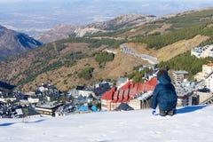 Chłopiec spojrzenia przy śnieżystym miasteczkiem sierra Nevada Zdjęcia Royalty Free